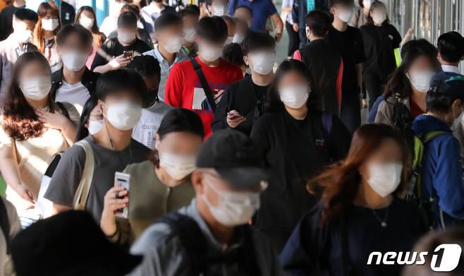 정부가 수도권 내 강화된 사회적 거리두기(2.5단계)를 2주간 2단계 수준으로 완화한 14일 오전 서울 구로구 지하철 1·2호선 신도림역에서 시민들이 마스크를 쓴 채 출근하고 있다./뉴스1 © News1 이동해 기자