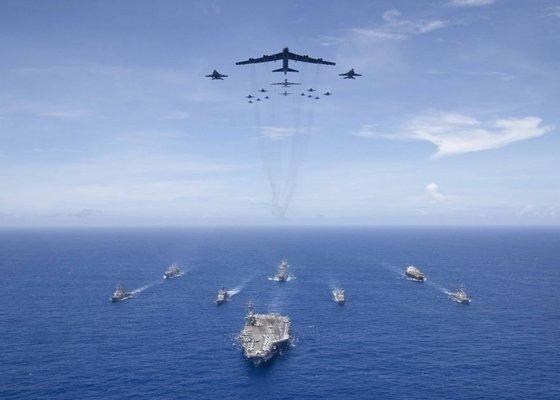 '용맹한 방패(Valiant Shield) 2018' 훈련에서 핵추진 항공모함 로널드 레이건함이 선두를 서고 이지스 구축함과 B-52 전략폭격기 등 항공기가 따르고 있다. [미 해군]
