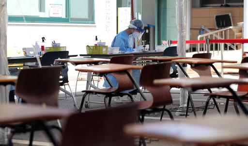 신종 코로나바이러스 감염증(코로나19) 국내 지역발생 신규 확진자가 30일만에 두자릿 수로 떨어진 13일 오후 서울 강남구 보건소에 마련된 선별진료소가 한산하다.뉴시스