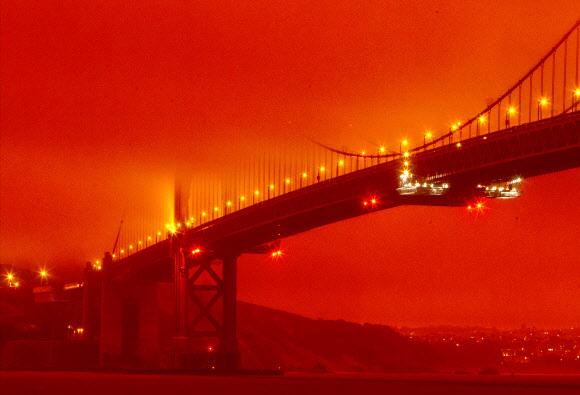 산불로 주황색 연무에 휩싸인 금문교 일대 - (샌프란시스코 AP=연합뉴스) 9일(현지시간) 오전 11시 미국 캘리포니아주 샌프란시스코 금문교 일대가 미국 서부 해안 지역에서 발생한 대형 산불의 여파로 주황색 연무에 휩싸여 있다. 기록적인 폭염과 강한 바람 속에 캘리포니아·오리건·워싱턴 등 3개 주에서 약 40건의 대형 산불이 동시다발적으로 발생해 일대를 황폐화하고 있다.