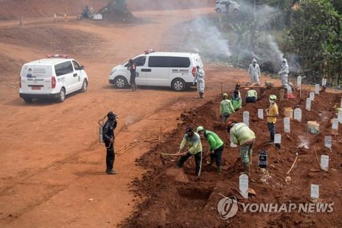 인도네시아 수도 자카르타에서 일꾼들이 무덤을 파는 모습 [AFP=연합뉴스]