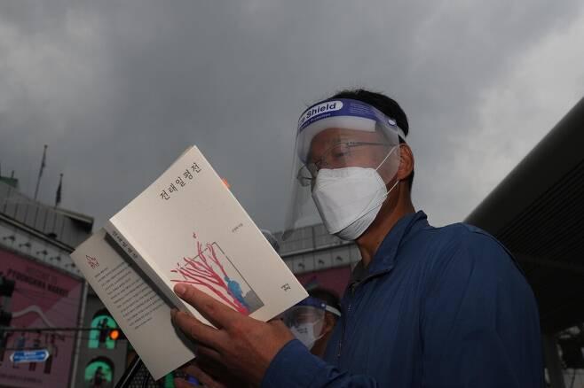 '제16차 전태일 50주기 캠페인'에서 김용서 교사연맹 위원장이 전태일 평전을 읽고 있다. 김봉규 선임기자
