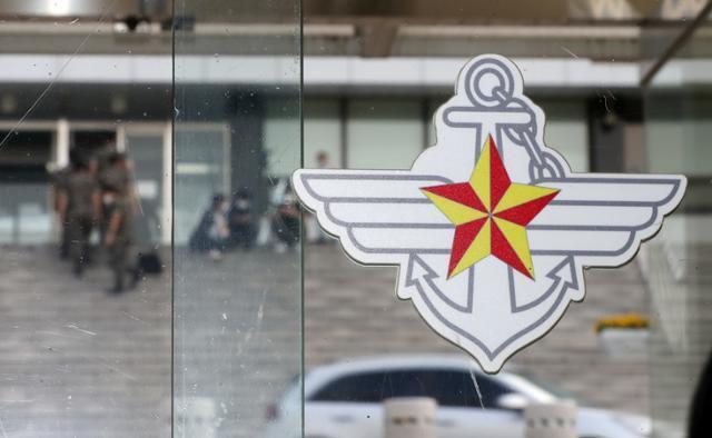 추미애 법무부 장관의 아들 '군 휴가 의혹'을 수사중인 검찰이 국방부에 대한 압수수색을 실시한 15일 서울 국방부 청사 별관 앞으로 군인들이 지나고 있다. 뉴시스