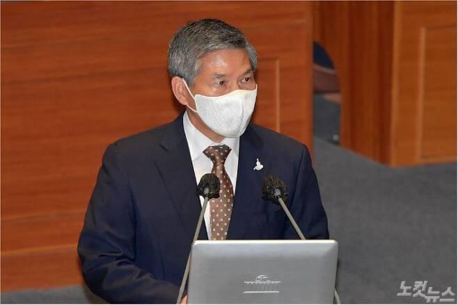 정경두 국방부 장관이 15일 오후 서울 여의도 국회에서 열린 본회의에서 더불어민주당 안규백 의원의 대정부 질의에 답하고 있다. 박종민기자