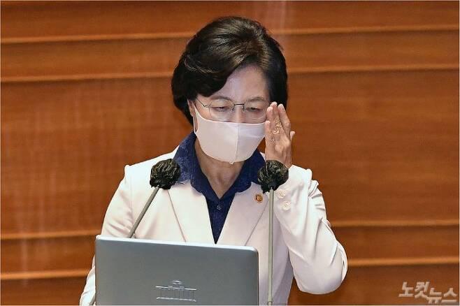 추미애 법무부 장관이 14일 서울 여의도 국회 본회의장에서 열린 정치분야 대정부질문에 출석, 안경을 만지고 있다. 박종민기자