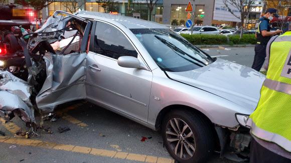 - 14일 오후 5시 43분쯤 부산 해운대구 중동역 인근 교차로에서 7중 충돌 사고가 나 운전자 등 7명이 다쳤다. 2020.9.14 소방본부 제공
