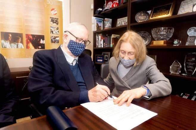 척 핀리(왼쪽)와 그의 부인 헬가 핀리. 핀리 부부가 자선재단 애틀랜틱 필랜스로피의 해체와 기부 약정에 서명하고 있다. 애틀랜틱 필랜스로피 제공. 재판매 및 DB 금지.
