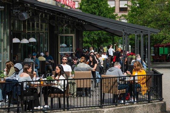 지난 5월 스웨덴 수도 스톡홀름의 한 식당의 모습. 스웨덴은 코로나19 확산 초기 봉쇄령 대신 식당과 학교를 모두 개방하는 등 느슨한 방역 지침을 고수했다. [AFP=연합뉴스]