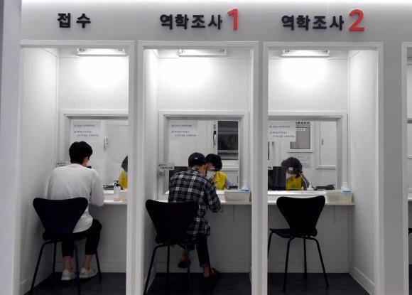 - 16일 서울 서초구 서초보건소에서 새롭게 문을 열 언택트 선별진료소를 찾은 시민들이 코로나19 검사를 받고 있다. 2020.9.16 박지환기자 popocar@seoul.co.kr