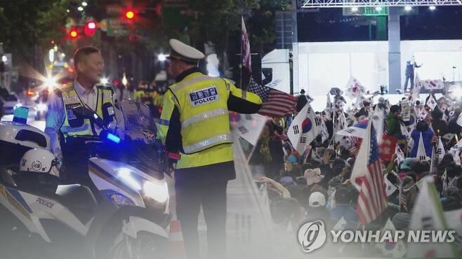 경찰 시내거리 시위 현장 대치 (CG) 사진은 기사 내용과 직접 관련 없음.  [연합뉴스TV 제공]