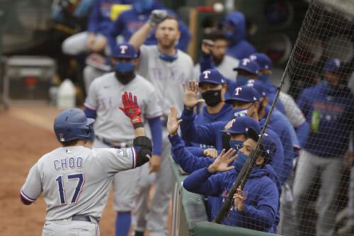 텍사스 추신수가 지난 6일 오클랜드와 원정경기에서 홈런을 터뜨린 후 동료들과 하이파이브를 하고 있다. 오클랜드 | AP연합뉴스
