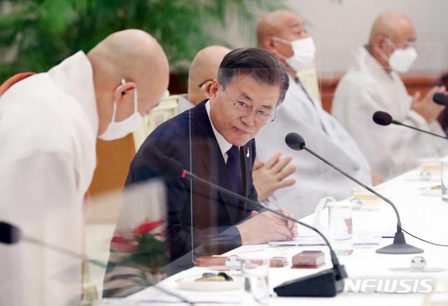 [서울=뉴시스]박영태 기자 = 문재인 대통령이 18일 오전 청와대 본관에서 열린 한국 불교지도자 초청 간담회에 참석해 원행 스님의 참석자 대표 인사말 후 함께 인사를 하고 있다. 2020.09.18.since1999@newsis.com