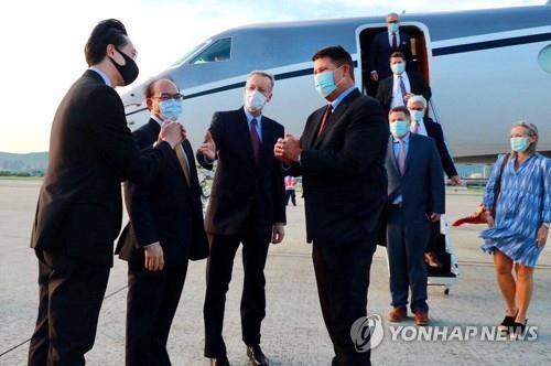 17일 오후 타이베이 공항 도착한 키스 크라크 차관(왼쪽에서 네번째) [EPA=연합뉴스]