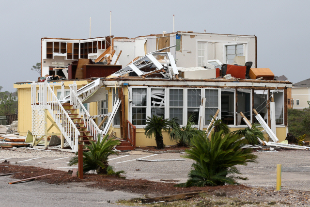 허리케인 샐리의 영향으로 외벽이 뜯긴 미국 플로리다주의 어느 집./로이터연합뉴스