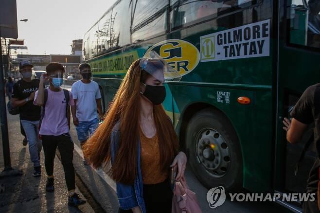 얼굴 가림막 착용하고 버스 타는 필리핀 시민 [마닐라 EPA=연합뉴스 자료 사진]