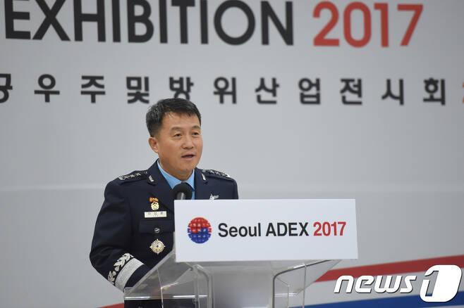 이성용 공군참모차장이 18일 경기도 성남시 국제항공우주 및 방위산업 전시회(서울 ADEX) 세미나장에서 열린 '2017 항공우주무기체계 발전 세미나'에서 환영사를 하고 있다. (공군 제공) 2017.10.18/뉴스1