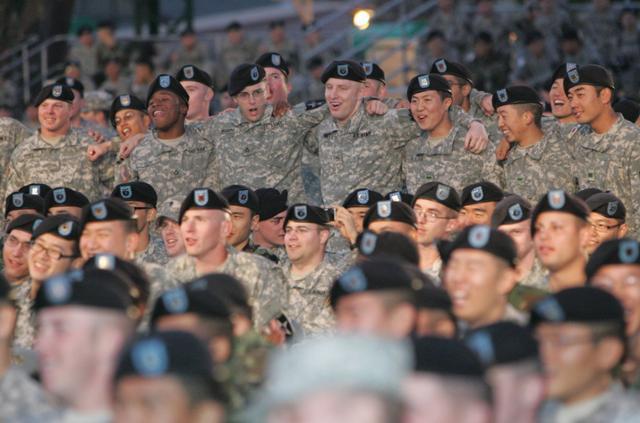 2006년 11월 2일 미2사단 사령부에서 연 미군 위문공연에서 미2사단 장병들과 카투사들이 어깨동무를 하고 공연을 즐기고 있다. 의정부=연합뉴스