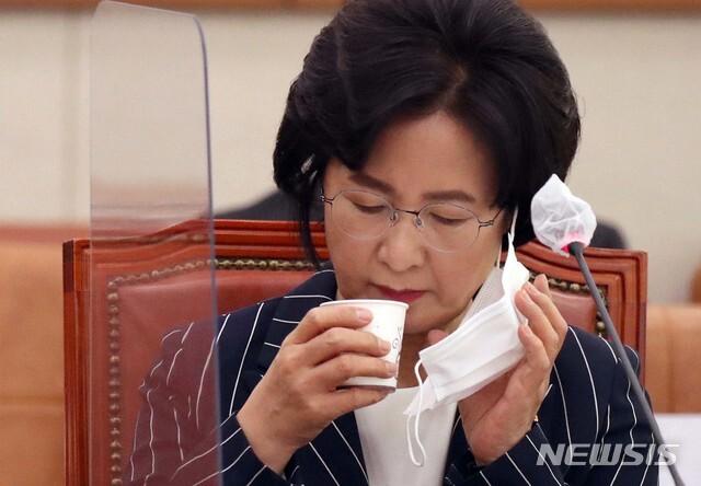 [서울=뉴시스]김진아 기자 = 추미애 법무부 장관이 21일 서울 여의도 국회에서 열린 법제사법위원회 전체회의에 출석해 물을 마시고 있다. (공동취재사진) 2020.09.21. photo@newsis.com