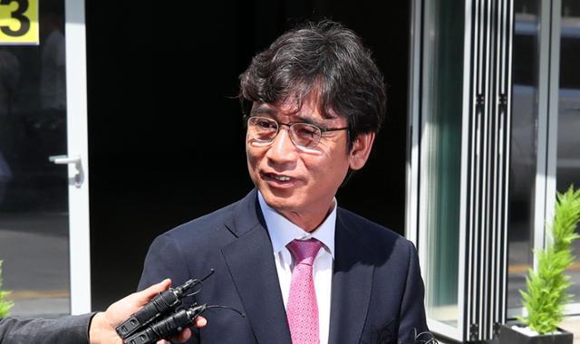 유시민 사람사는세상 노무현재단 이사장이 2019년 6월 3일 서울 강남구 논현동의 한 스튜디오로 들어서며 취재진 질문에 답하고 있다. 연합뉴스