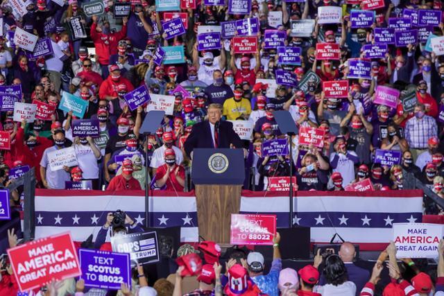 도널드 트럼프 미국 대통령이 21일 오하이오주 스완턴에서 열린 대선 유세에 참석해 연설하고 있다. 스완턴=연합뉴스