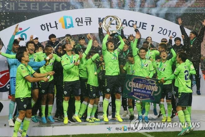지난 시즌 역전 우승한 전북 [연합뉴스 자료사진]