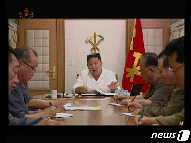 지난 6일 관영 조선중앙TV에 포착된 김정은 국무위원장 책상 위 하얀 종이 상자. 'NK NEWS'에 따르면 이 제품은 스위스의 '클린플래닛(Cleanplanet SA)'에서 만들어지는 손 세정 제품이다. ('조선중앙TV' 갈무리)© News1