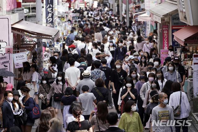 [도쿄=AP/뉴시스] 지난 21일 일본 도쿄의 한 상가에서 신종 코로나바이러스 감염증(코로나19) 예방을 위해 마스크를 착용한 사람들이 걷고 있다. 2020.09.23.