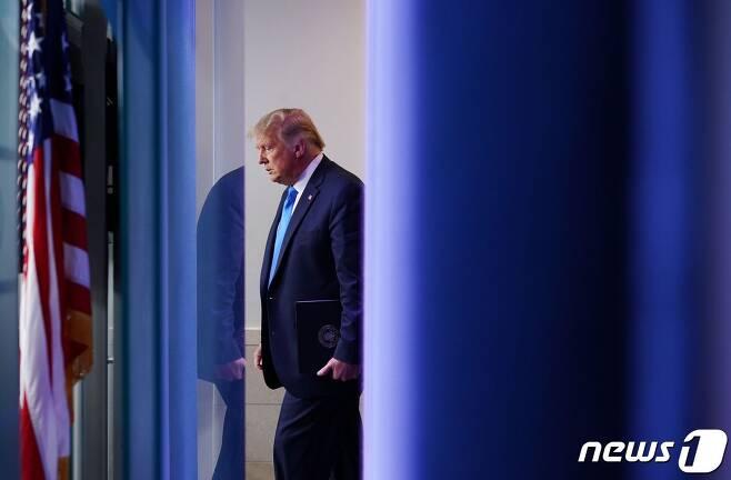 도널드 트럼프 미국 대통령이 23일(현지시간) 워싱턴 백악관 브래디 브리핑룸에 도착을 하고 있다. © AFP=뉴스1 © News1 우동명 기자