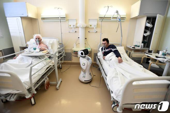 신종 코로나바이러스 감염증(코로나19) 환자들. <자료사진>© 로이터=뉴스1 © News1 이재명 기자