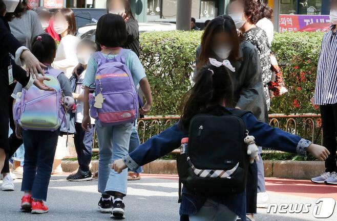 수도권의 유치원과 초·중·고등학교 등교가 재개된 지난 21일 서울 강동구 한 초등학교에서 수업을 마친 한 초등학생이 달려가 엄마품에 안기고 있다. 2020.9.21/뉴스1 © News1 이동해 기자