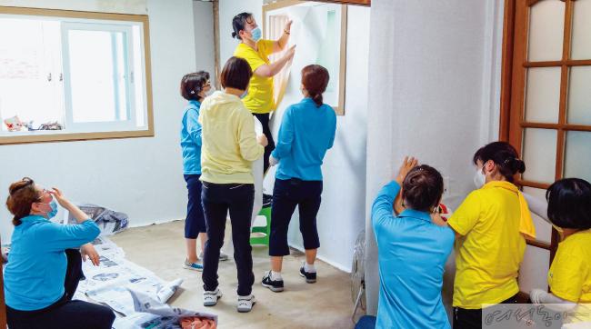 남원 수해 가정 복구에 나선 위러브유 회원들. 폭염 속 벽지와 장판을 시공하는 고된 작업에도 코로나19 예방 수칙을 준수하며 정성을 다했다.