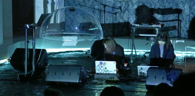 앰비언트 뮤직 듀오 '살라만다'가 공연을 하고 있다. 노트북과 컨트롤러를 이용해 미리 준비한 음원을 실시간으로 변형하는데, 빛을 활용해 이를 시각적으로 보여준다. 살라만다 제공