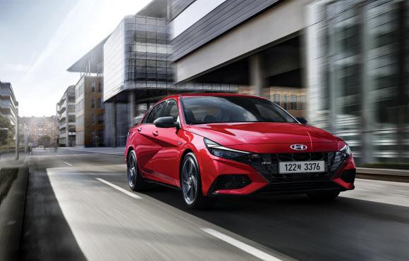 1ℓ로 21㎞ 달린다… 올 뉴 아반떼 하이브리드 - 현대자동차가 13일 준중형 세단 '올 뉴 아반떼'의 하이브리드 전기차와 고성능 N라인 모델을 출시했다. 하이브리드 모델의 복합연비는 21.1㎞/ℓ에 달한다. 배터리는 뒷좌석 아래에 넣어 실내 공간이 가솔린 모델과 차이가 없다. 판매 가격은 2199만∼2814만원이다.현대자동차 제공