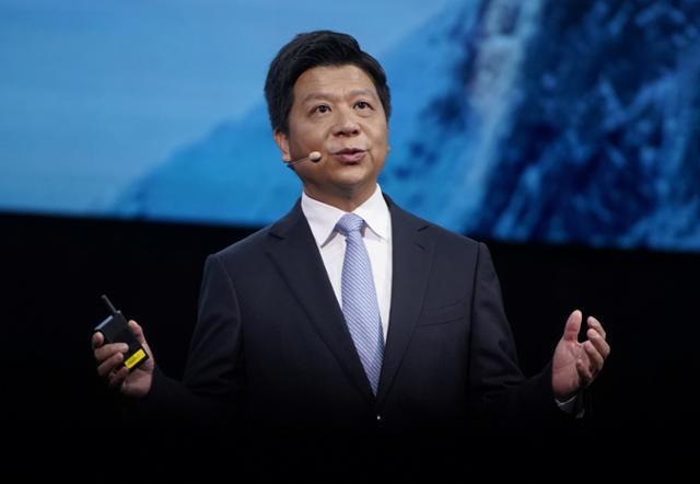 궈핑 중국 화웨이 순환 회장이 23일 상하이에서 개막한 협력사 대회인 '화웨이 커넥트' 행사에서 기조연설을 하고 있다. 궈핑 회장은 미국 정부에 반도체 제재를 풀어달라고 공개적으로 호소했다. 상하이=로이터 연합뉴스