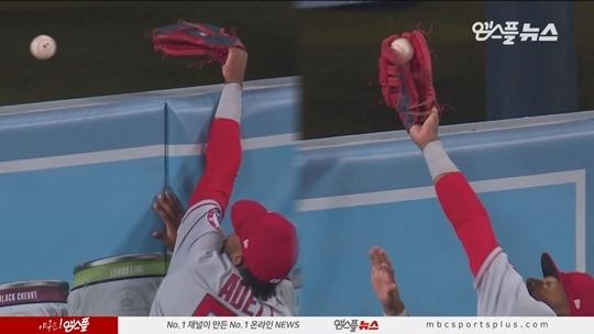 홈런을 만들어 준 조 아델의 실수(사진=엠스플중계 캡처)