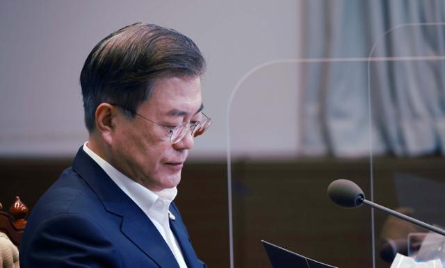 문재인 대통령이 28일 오후 청와대 여민관에서 열린 수석보좌관회의에서 굳은표정을 하고 있다. 왕태석 선임기자