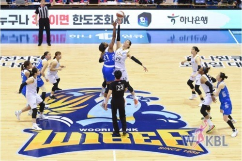 우리은행과 KB스타즈의 맞대결에서 양팀 선수들이 팁오프 된 공을 향해 집중하고 있다.[사진=WKBL]