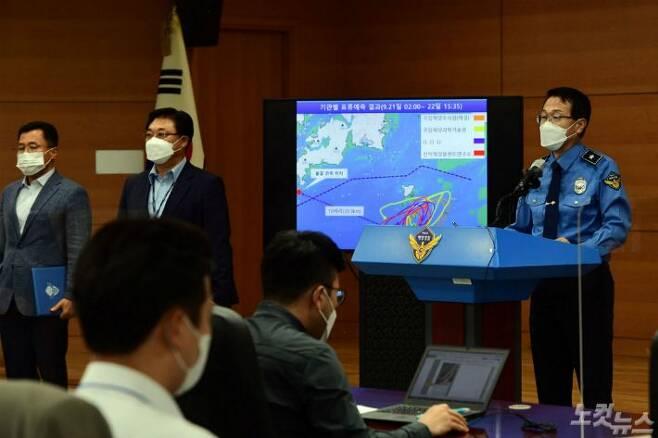 해양경찰청 윤성현 수사정보국장이 29일 오전 인천 연수구 해양경찰청에서 피격 공무원 중간 수사결과 발표를 하고 있다. 해양경찰청은 브리핑을 통해 실종된 해양수산부 공무원과 관련해 군 당국으로부터 확인한 첩보 자료와 표류 예측 분석 결과 등을 토대로 월북한 것으로 판단된다고 밝혔다.(사진=황진환 기자)