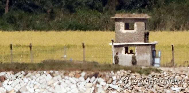 이야기 나누는 북한군 병사들 (인천=연합뉴스) 임헌정 기자 = 28일 인천 강화군 평화전망대에서 바라본 북한 황해북도 개풍군 북한군 초소에서 병사들이 이야기를 나누고 있다. 2020.9.28 kane@yna.co.kr