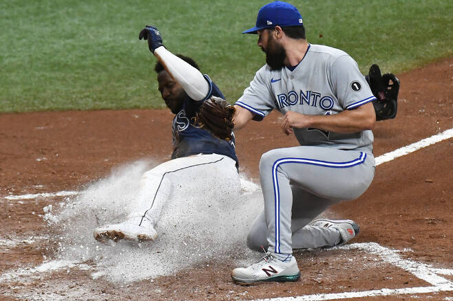 Sep 29, 2020; St. Petersburg, Florida, USA; Tampa Bay Rays outfielder Randy Arozarena (56) slides into home plate as Toronto Blue Jays pitcher Robby Ray (38) attempts to catch the ball in the fourth inning at Tropicana Field. Mandatory Credit: Jonathan Dyer-USA TODAY Sports        <저작권자(c) 연합뉴스, 무단 전재-재배포 금지 >