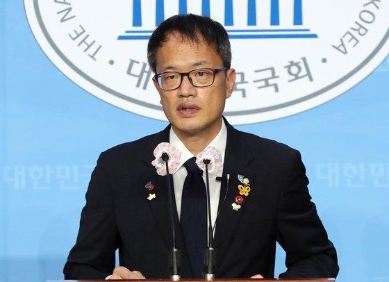 박주민 더불어민주당 의원이 지난달 24일 오전 서울 여의도 국회 소통관에서 기자회견을 열고 당대표 출마 공약을 발표하고 있다. [뉴스1]