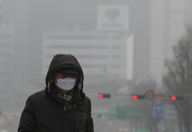 (지난 1월 19일 미세먼지로 뒤덮인 서울 중구 서울광장 인근에서 한 시민이 마스크를 쓰고 발걸음을 옮기고 있다. 뉴스1