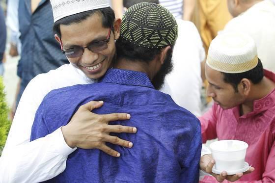 지난 2017년 대구 이슬람 사원에서 '이드 알피트르(Eid al-Fitrㆍ금식을 끝내는 축제)' 예배를 마친 무슬림들이 서로 축복하며 인사를 나누고 있다. 대구=프리랜서 공정식