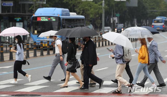 [서울=뉴시스] 조수정 기자 = 가을비가 내린 지난 16일 오전 서울 종로구 세종로 네거리에서 시민들이 우산을 쓰고 걸어가고 있다. 2020.09.16.  chocrystal@newsis.com