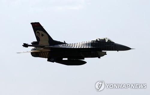 지난달 에어쇼에서 비행 중인 터키 공군 F-16 전투기 [AFP=연합뉴스 자료사진]