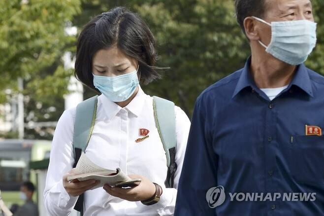 마스크를 쓴 채 걸어가는 평양시민들 (평양 교도=연합뉴스) 지난 24일 북한 평양 시내를 마스크를 쓴 시민들이 걸어가고 있다. 25일 노동신문에는 신종 코로나바이러스 감염증(코로나19) 유입을 차단하기 위한 '방역 장벽'을 강조하는 기사가 실렸다. 2020.9.25 chungwon@yna.co.kr