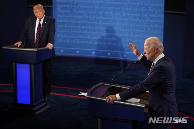 도널드 트럼프 미국 대통령과 조 바이든 민주당 대선 후보가 9월29일(현지시간) 미 오하이오주 클리블랜드에서 열린 제1차 TV 토론에 참석해 토론하고 있다./ 사진=AP/뉴시스