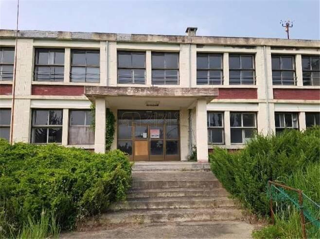 최근 온비드 공매에서 17억5000만원에 낙찰된 전북 김제시 소재 폐교 금구중학교 전경. /사진제공=지지옥션