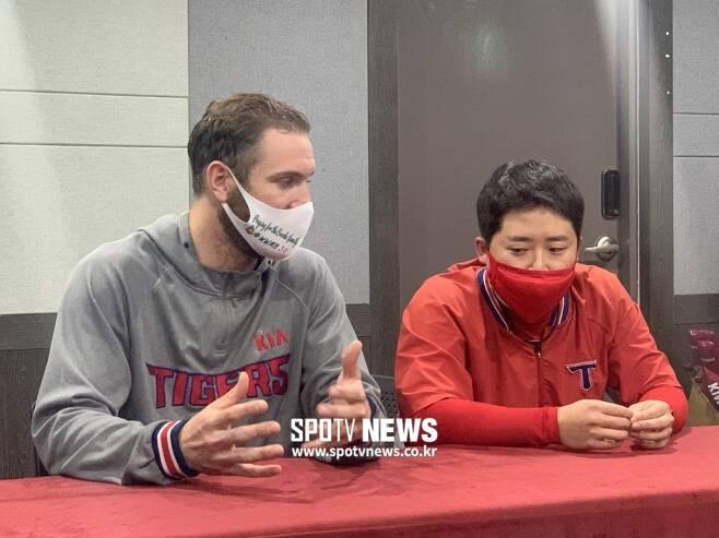 ▲ 애런 브룩스 가족들을 응원하는 마스크를 끼고 인터뷰실에 입장한 KIA 투수 드류 가뇽. ⓒ고유라 기자