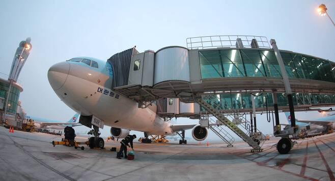 인천공항에서 대한항공 여객기가 탑승교가 있는 접현주기장에 서있다. [중앙포토]